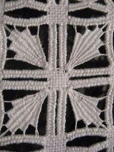 Motivo para criar nova bainha. Types Of Embroidery, Learn Embroidery, Embroidery Patterns, Hardanger Embroidery, Beaded Embroidery, Hand Embroidery, Loom Bands, Bordado Popular, Drawn Thread