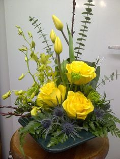 25 Best DIY Flowers Arrangement to Beautify Fall Decoration Yellow Flower Arrangements, Contemporary Flower Arrangements, Creative Flower Arrangements, Beautiful Flower Arrangements, Beautiful Flowers, Table Arrangements, Tropical Floral Arrangements, Ikebana Flower Arrangement, Artificial Flower Arrangements