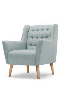 Der Quentin Sessel in Eisblau ist von den klassischen Linien des Mid-Century-Designs inspiriert und mit modernem Polyesterstoff bezogen.