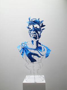 Portrait de César par le designer plasticien Clément Calaciura. Sculpture en buste constituée d'une structure d'acier et de toile.
