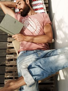 rolled up jeans, washed out t-shirt, tattoo, beard, and a book in hand... *swoon*
