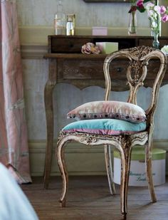 modern interior decorating in classic style. pastel room colors, vintage furniture, floral wallpaper patterns and home fabrics French Interior, French Decor, French Country Decorating, Home Interior, Interior Design, Modern Interior, French Furniture, Painted Furniture, Vintage Furniture