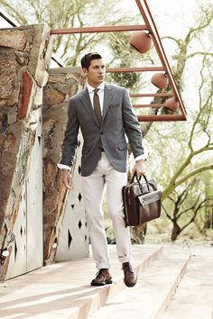 A grey blazer and beige chinos teamed together are a sartorial dream for those who prefer refined styles. Jazz things up by slipping into dark brown leather derby shoes. Sharp Dressed Man, Well Dressed Men, Blazer Bleu, Gray Blazer, Men Blazer, Beige Chinos, Moda Formal, Herren Style, Derby Shoes