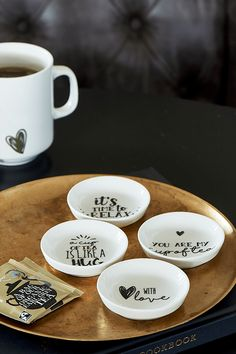 A Cup Of Tea Tea Tips - Theezakjeshouders en serviessets - Servies & Bestek - Servies & Eetgerei - Accessoires - Collectie Pottery Designs, Mug Designs, Sharpie Cup, Rivera Maison, Used Tea Bags, Acrylic Paint Pens, Glaze Paint, But First Coffee, Pottery Making