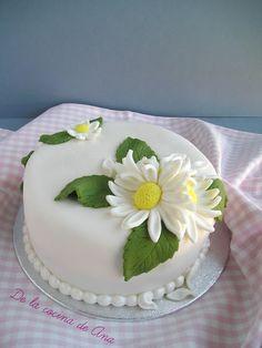 Deshojando la Margarita. Tarta decorada con fondant. Flan, Fondant, Daisies, Cupcakes, Deco, Desserts, Margaritas, Pastries, Pudding