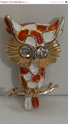 #etsy #ecochicteam #gotvintage #sale #vitnage ❘❘❙❙❚❚ ON SALE ❚❚❙❙❘❘ Lovely vintage owl brooch featuring clear rhinestone eyes inside gold tone and white, orange enamel. This is a great