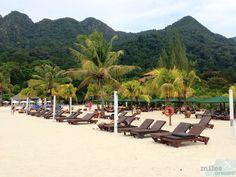 ausreichend Liegen und Schirme - Check more at https://www.miles-around.de/hotel-reviews/berjaya-langkawi-resort/,  #Andaman #BerjayaLangkawiResort #Bewertung #Essen #Hotel #Langkawi #Malaysia #Meer #Ozean #Pool #Reisebericht #Strand #Urlaub