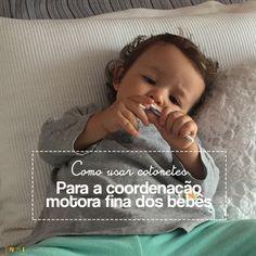 Existem várias formas de estimular o movimento de pinça nos bebês. Neste post tem uma atividade com cotonete para desenvolver a coordenação motora fina.