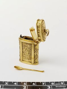 Gold container or étui for snuff, ca.1730 belonging to Chatelaine. It contains a small gold spoon for ladling out the snuff.