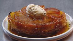 Use 10 apples and a pan. Same amt of caramel. Apple Tarte Tatin with Brown Bread Ice Cream and Salted Apple Caramel Master Chef, Love Food, A Food, Food And Drink, Caramel Apples, Apple Caramel, Masterchef Recipes, Brown Bread, Lassi