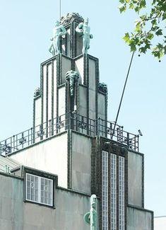 En 1906, le milliardaire belge Alphonse Stoclet confie la réalisation d'un hôtel particulier à Bruxelles à Josef Hoffmann. Le Palais Stoclet est une des réalisations les plus abouties de la Wiener Werkstätte. Il abrite des œuvres de Koloman Moser et de Gustav Klimt, liées à la conception de l'œuvre d'art totale (architecture, sculpture, peinture et arts décoratifs s'intègrent dans une même œuvre).