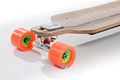 Skateboard Evolve série Bamboo. Skateboard électrique d'entrée de gamme avec une motorisation musclée, un profil racé, une planche érable et bambou en W concave, des trucs SuperCarve Evolve, des roues de grande marques, des roulements céramiques haute précisions et la récupération d'énergie au freinage.