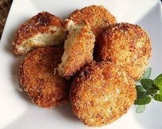 These salmon cakes are bound together with the help of crushed Ritz crackers. Turkey Croquettes, Potato Croquettes, Croquettes Recipe, Yummy Snacks, Yummy Food, Yummy Yummy, Delish, Ritz Cracker Recipes, Salmon Cakes