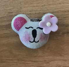 Nouvel essai de coques de macaron à la meringue française en forme de koala. J'ai utilisé des stylos et colorants alimentaires pour le dessin. La décoration c'est une fleur en pâte d'amande (massepain). Le macaron est garni d'une ganache au chocolat noir. Macarons, Colorants, Meringue, Baby Shoes, Kids, Bun Hair, Marzipan, Pens, Almond