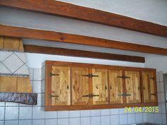 Armarios superiores de cocina confeccionados con maderas recicladas y teñidos con productos naturales