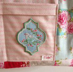 60 quadradinhos de tecido Tilda ,uma estampa diferente da outra,muita paciência ,enfim consegui,comprei o projeto na Kikikits...