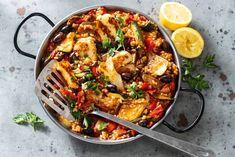Vegetarische paella met gegrilde groenten en gebakken halloumi