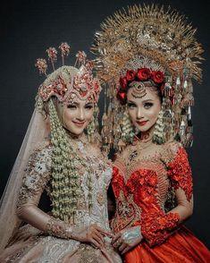@fitriyah_nbn • Foto dan Video Instagram Hijabi Wedding, Muslimah Wedding Dress, Muslim Wedding Dresses, Wedding Poses, Wedding Bride, Traditional Fashion, Traditional Dresses, Kebaya Modern Dress, Indonesian Wedding