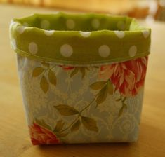 Tutorial: Small Fabric Basket - Jillian In Italy - Trend Diy Fabric Fabric Crafts, Sewing Crafts, Scrap Fabric, Pvc Fabric, Tshirt Garn, Fabric Basket Tutorial, Purse Tutorial, Fabric Bowls, Clothes Basket