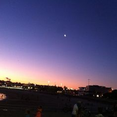 Mais um fim de dia na Austrália.. Na terra da magia...onde tudo acontece.. #magic #beach #barbecue #beach #lua #praia #bondibeachsydney by paty_tsilva http://ift.tt/1KBxVYg
