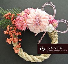 商品名 : お正月ミニリース (ピンクB)価格 ¥ 2,500サイズ : 直径約15センチのしめ縄を使っています。(花材の大きさをプラスすると約20~...|ハンドメイド、手作り、手仕事品の通販・販売・購入ならCreema。