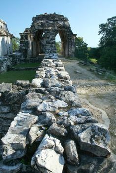 Las ruinas #Mayas se encuentran por todos lados en el estado de #Chiapas, #Mexico. Paisajes naturales y arquitectónicos asombrosos que puedes disfrutar en el #Palenque. http://www.bestday.com.mx/Chiapas/atracciones/