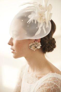 大胆に華やぐビジューイヤリングは攻めの1点着けで♪ シンプルドレスにアクセサリーはこれ1つ! 攻めの一点豪華がスタイリッシュ Wedding Dress With Veil, Wedding Hats, Wedding Veils, Wedding Dresses, Headpiece Wedding, Bridal Headpieces, Bridal Gowns, Bridal Fascinator, Fascinators