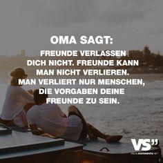 Visual Statements®️️ Oma sagt: Freunde verlassen dich nicht. Freunde kann man nicht verlieren. Man verliert nur Menschen, die vorgaben deine Freunde zu sein. Sprüche / Zitate / Quotes/ Freundschaft / Liebe / Beste Freundin/ tiefgründig / lustig / schön / nachdenken