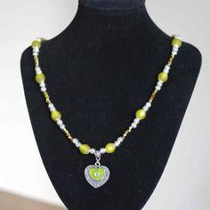 Collier mi-long  avec pendentif coeur argenté,vert et strass