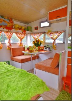 Bright orange and green for a trailer color scheme. Probably not my cup of tea, but sure is colorful!