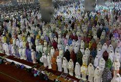 Indonesian Muslims perform an evening prayer called 'tarawih' marking the first eve of the holy fasting month of Ramadan, at Istiqlal Mosque in Jakarta, Indonesia (AP Photo/Tatan Syuflana--boston globe) Ramadan Messages, Evening Prayer, Celebration Around The World, Saudi Arabia, Finding Yourself, Prayers, Dawn, Boston