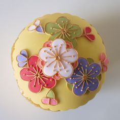 Cupcakes almost too beautiful to eat! Adding a Japanese touch to cake decorating Cupcake Kunst, Cupcake Art, Cupcake Cookies, Japanese Cookies, Japanese Sweets, Japanese Food, Flower Cupcakes, Yummy Cupcakes, Andes Mint Cupcakes