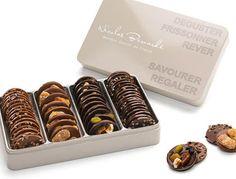 Grandes boites de gourmandises fines et sucrées : les mendiants chocolat noir et au lait