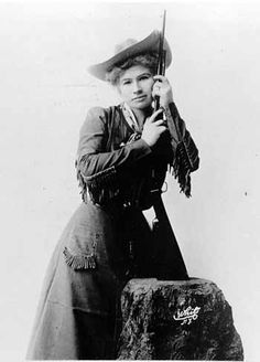 Annie Oakley, born Phoebe Ann Mosey, could use a caliber rifle at 90 feet to split a playing card edge-on and put five or six more holes in it before it touched the ground. She died on Nov 1926 at the age of Old West Photos, Annie Oakley, Vintage Cowgirl, Cowboys And Indians, Portraits, Le Far West, Mountain Man, Interesting History, Women In History