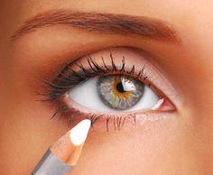Nahaufnahme weibliches Auge mit weißem Kajalstift