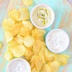 Ik geef je het recept voor mijn 3 favoriete yoghurt dips. Ik dip er zelf graag chips in, maar een stukje stokbrood of een pitabroodje kan ook prima!