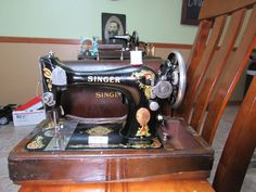 Antique 1919, singer sewing machine model 128 with bent wood case
