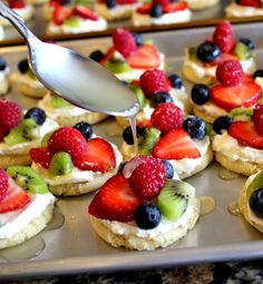 This is a new spin on a fruit pizza. You can make mini fruit pizza cookies for dessert for your next party, BBQ or family reunion. Fruit Pizza Cookies, Dessert Pizza, Fruit Dessert, Eat Fruit, Mini Fruit Pizzas, Easy Fruit Pizza, Fruit Tarts, Summer Desserts, Healthy Desserts