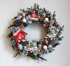 Vánoce+s+brusličkami+-+věnec+v+kabátku+z+šišek,+bukvic,+umělého+jehličí,+přírodních+suchých+přízdob+a+dřevěných+přízdob+(brusličky,+kabátek,+čepička)+-+průměr+39+cm Christmas Wreaths, Holiday Decor, Home Decor, Christmas Garlands, Homemade Home Decor, Holiday Burlap Wreath, Decoration Home, Interior Decorating