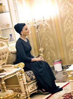 After arriving in style and delivering a major fashion look, Sheikha Mozah met with the President of Sudan to discuss about providing training and job opportunities for the youth of Sudan. She looks absolutely elegant in black couture dress,...
