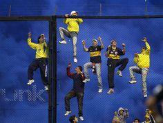 Aficionados del Boca Juniors se encaraman a una valla durante un partido contra el River Plate en Buenos Aires. Enrique Marcarian, REUTERS