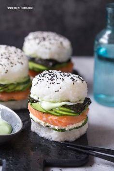 Sushi burger - a gluten-free recipe with avocado and salmon - nicest things . - Sushi Burger – a gluten-free recipe with avocado and salmon – nicest things Sush - Sushi Burger, Eat Sushi, Avocado Burger, Sushi Food, Avocado Food, Sushi Cake, Avocado Pasta, Avocado Rice, Burger Cake