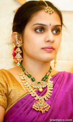 Emerald Jewelry, Ear Jewelry, Bead Jewellery, Gold Jewelry, Beaded Jewelry, Indian Wedding Jewelry, Bridal Jewelry, Ear Chain, Gold Mangalsutra Designs