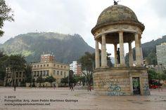 Bogotá parque de los periodistas en la Candelaria y al fondo el cerro de monserrate