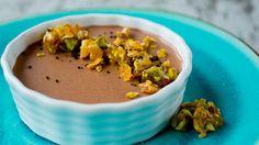 Sensuell mørk sjokolade toppet med karamelliserte nøtter er en sikker dessertvinner.