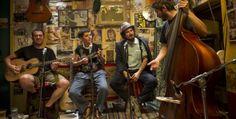 """Capossela racconta la crisi. Il rebetiko è la musica dei ribelli greci, raccontati da Andrea Segre e Vinicio Capossela nel documentario """"Indebito"""". (Stefano Falso)"""