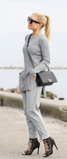 Isabella Thordsen is wearing a long grey sweater with side slits from Zara
