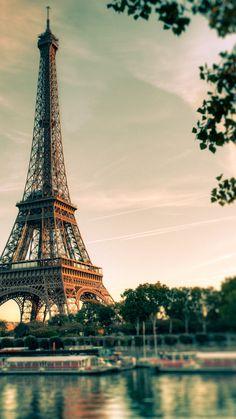 Torre Eiffel / Eiffel Tower / Tour Eiffel | Um dos pontos turísticos mais visitados do mundo, a torre Eiffel foi construída por Gustave Eiffel e exibida em 1889 no ano do centenário da Revolução Francesa. Com 324 metros de altura (300 da construção + 24 da antena de rádio), a torre permaneceu como edificação mais alta do mundo por 41 anos, até 1930, quando perdeu o posto para o Edifício Chrysler, em Nova Iorque, que tem 329 metros.