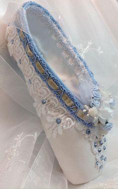 pointes de danse classique, chaussons de danse en bleu et blanc