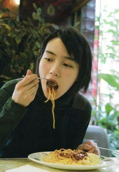 能年玲奈707 Rena Nounen, Tennis Fashion, Dynamic Poses, People Eating, Seesaw, Girls Rules, Aesthetic Gif, Japanese Girl, Food Pictures